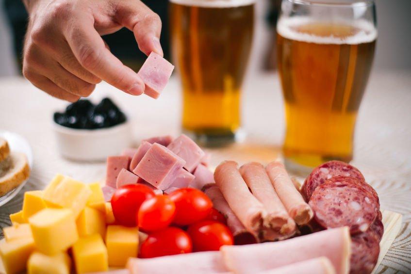 birra lager e tagliere di affettati e salumi