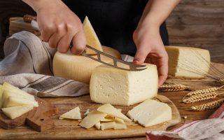 formaggio caprino a fette su tagliere