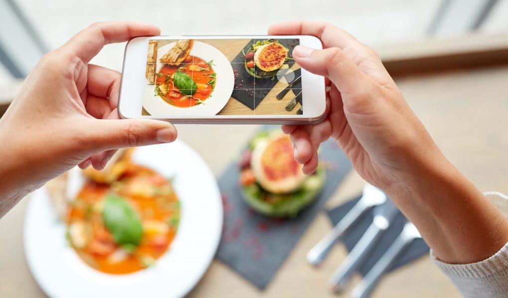 fotografia dei piatti del ristorante con lo smartphone