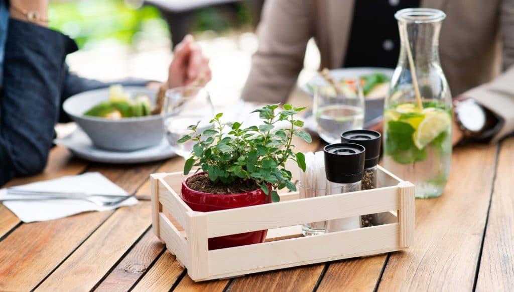 allestimento primaverile per mise en place di tavoli all'esterno del ristorante