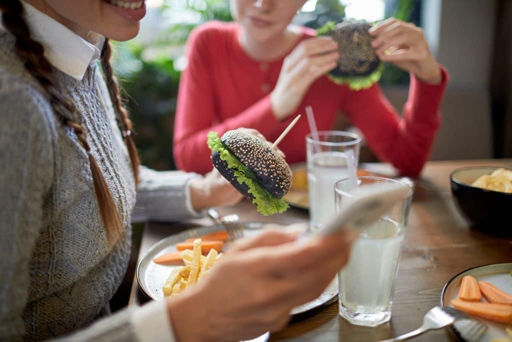 clienti del ristorante che usano lo smartphone