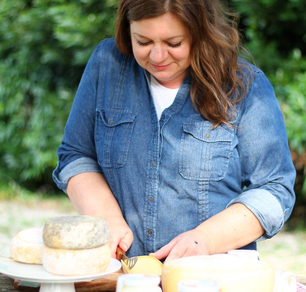 Laura zoff titolare della fattoria zoff che affetta i formaggi photo credits to Giulia Godeassi