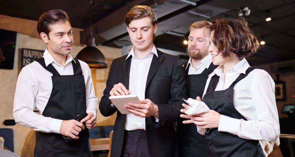 ristoratore forma il proprio personale di sala