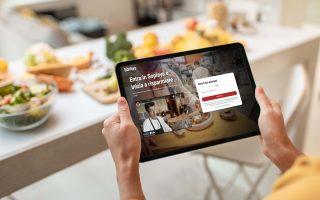 Acquisto delle marce online attraverso l'uso di un tablet
