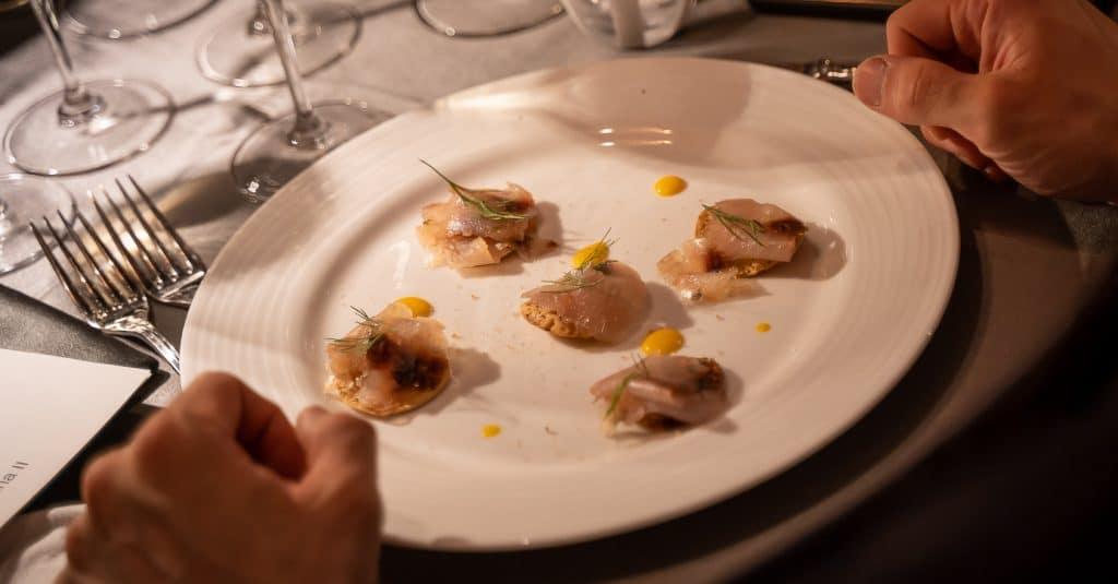 crostini croccanti con pesce crudo affumicato