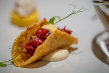 impiattamento di antipasto con tacos al pesce crudo