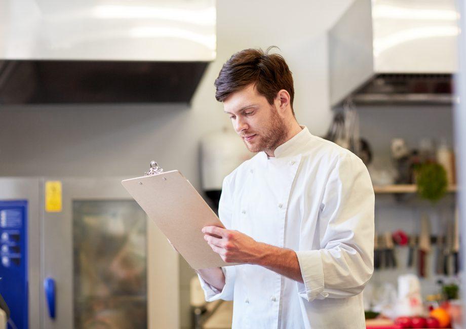 chef che gestisce gli ordini all''interno della cucina di un ristorante