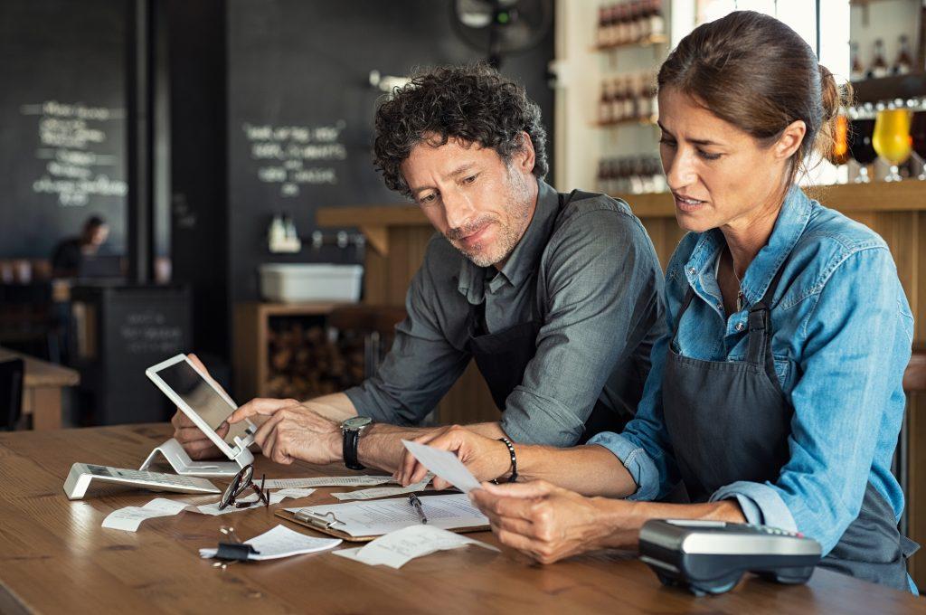Staff del ristorante che gestisce i costi di approvvigionamento delle materie prime